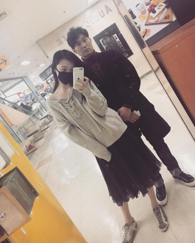 Hẹn hò với bạn trai hơn 14 tuổi Choiza, Sulli bị ném đá thậm tệ vì ăn mặc thiếu vải - Ảnh 1.