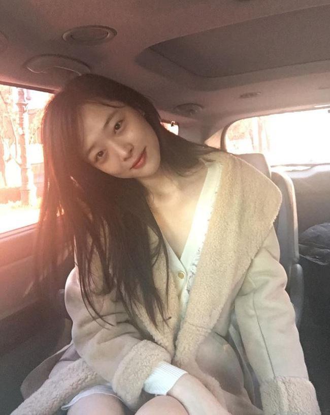 Hẹn hò với bạn trai hơn 14 tuổi Choiza, Sulli bị ném đá thậm tệ vì ăn mặc thiếu vải - Ảnh 3.