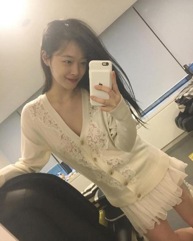 Hẹn hò với bạn trai hơn 14 tuổi Choiza, Sulli bị ném đá thậm tệ vì ăn mặc thiếu vải - Ảnh 4.