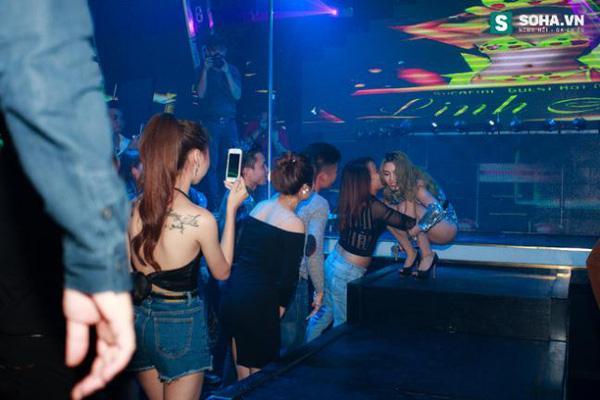 Thay đồ trên ô tô và cuộc sống sau 12h đêm của hot girl nóng bỏng Linh Miu-13
