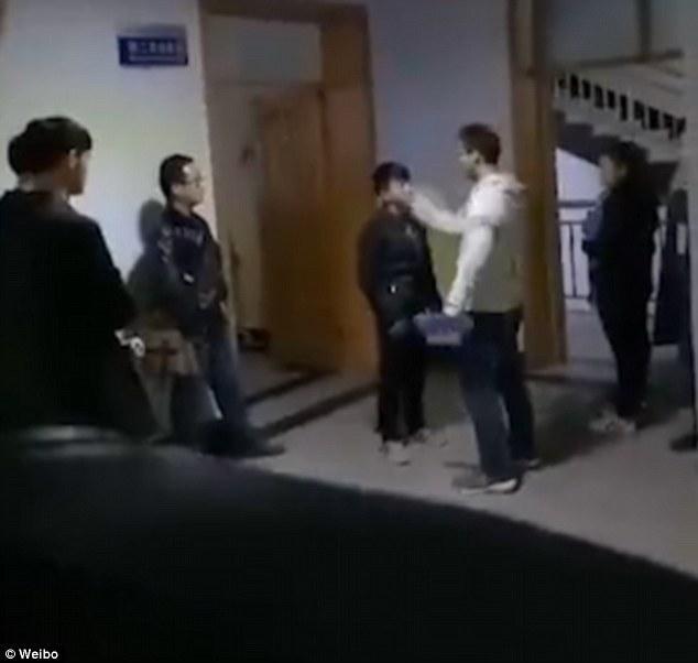Sốc: Sinh viên bị bắt xếp hàng tát nhau, nếu chưa đạt thầy sẽ đích thân thị phạm vì...   - Ảnh 2.