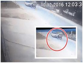 Clip: Ô tô tông trực diện xe máy, người điều khiển xe máy ngã văng xuống đường