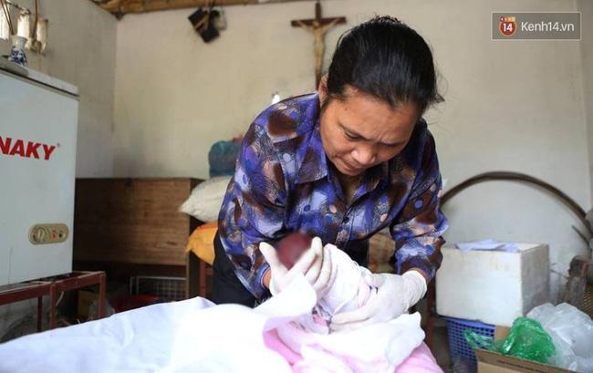 Người đàn bà hơn 10 năm gõ cửa từng phòng khám ở Hà Nội để xin các hài nhi xấu số về chôn cất - Ảnh 1.