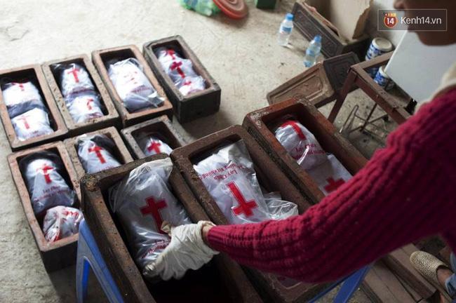 Người đàn bà hơn 10 năm gõ cửa từng phòng khám ở Hà Nội để xin các hài nhi xấu số về chôn cất - Ảnh 6.