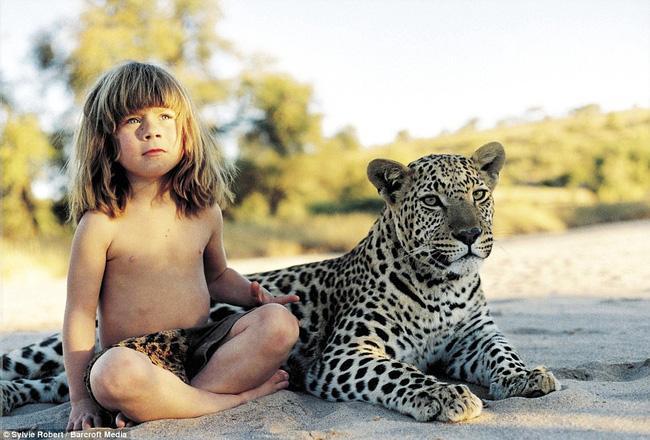 Cuộc sống của cô bé rừng xanh ngoài đời thật, làm bạn với voi châu Phi và chơi cùng báo - Ảnh 1.