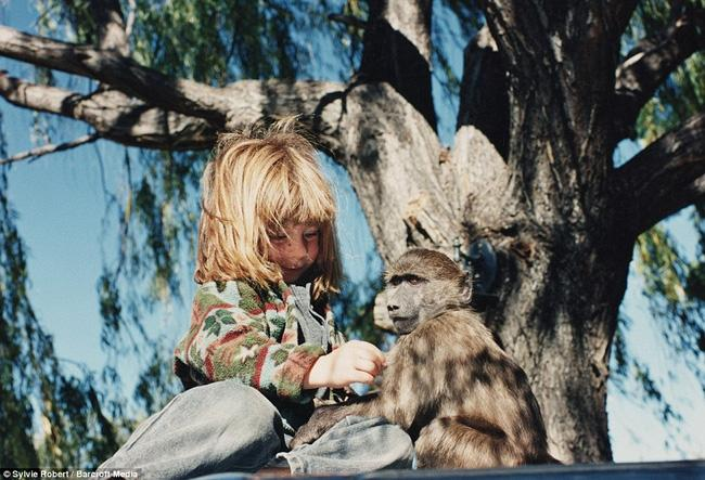 Cuộc sống của cô bé rừng xanh ngoài đời thật, làm bạn với voi châu Phi và chơi cùng báo - Ảnh 5.