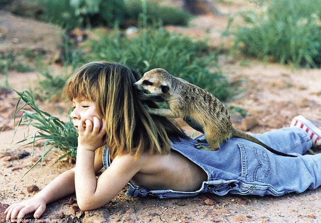 Cuộc sống của cô bé rừng xanh ngoài đời thật, làm bạn với voi châu Phi và chơi cùng báo - Ảnh 11.