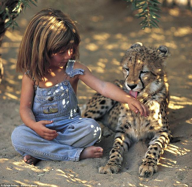 Cuộc sống của cô bé rừng xanh ngoài đời thật, làm bạn với voi châu Phi và chơi cùng báo - Ảnh 13.