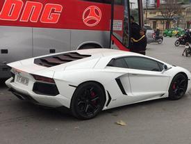 """Lamborghini Aventador chính hãng trị giá 22,5 tỷ Đồng """"phượt"""" ra Thủ Đô"""