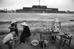 Một quán nước phía ngoài Kinh thành Huế được nhiếp ảnh gia Philip Jones Griffiths chụp lại năm 1980.