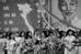 Khác với Hà Nội thanh bình, Sài Gòn có phần đông đúc hơn. Trong ảnh là lễ kỷ niệm ngày Thống nhất đất nước của người dân Sài Gòn. Ảnh: Philip Jones Griffiths.