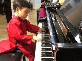 Thần đồng piano Evan Le mặc áo dài truyền thống chơi Diễm xưa