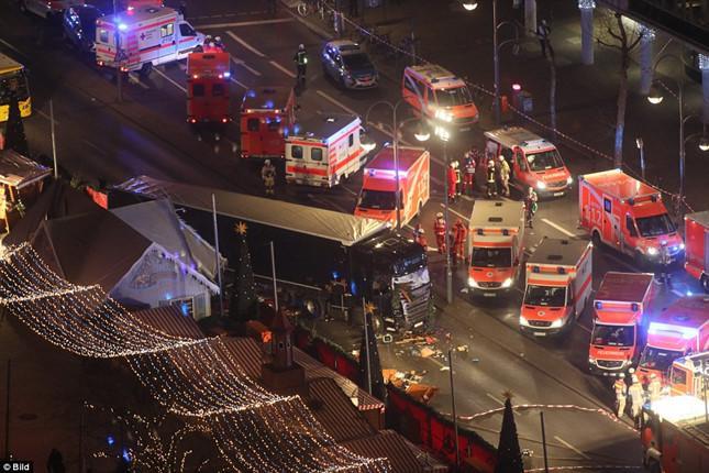 [NÓNG] Berlin rúng động: 59 người thương vong trong vụ nghi khủng bố bằng xe tải lao thẳng vào chợ Giáng sinh - Ảnh 3.