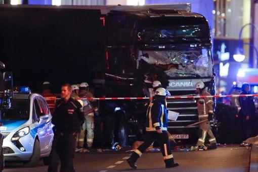 [NÓNG] Berlin rúng động: 59 người thương vong trong vụ nghi khủng bố bằng xe tải lao thẳng vào chợ Giáng sinh - Ảnh 2.