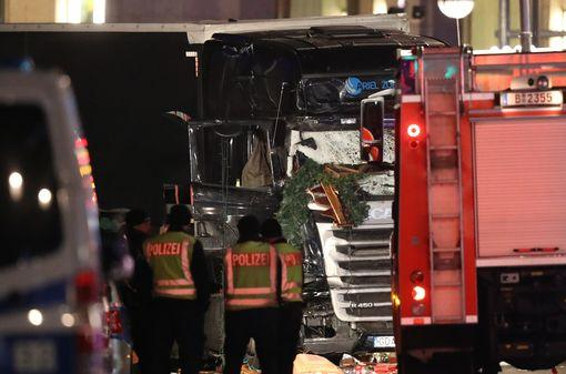 [NÓNG] Berlin rúng động: 59 người thương vong trong vụ nghi khủng bố bằng xe tải lao thẳng vào chợ Giáng sinh - Ảnh 1.