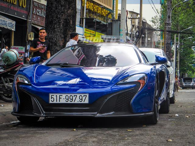 Cặp đôi siêu xe Minh Nhựa và tay chơi quận 2 khoe dáng trên phố Sài thành - Ảnh 1.