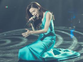 Hồ Ngọc Hà quỳ giữa sân khấu và nói không muốn làm tổn thương bất kỳ ai