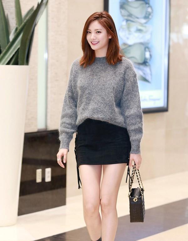 Áo len và chân váy ôm là bộ đôi vừa hợp thừa, vừa giữ ấm cơ thể trong mùa đông lạnh giá