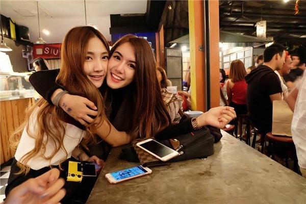 Naenae Suthatta và PhichyaPhakh Batz được mệnh danh là cặp đồng tính nữ đẹp nhất mạng xã hội Thái Lan.