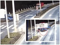 Clip kinh hoàng: Vượt đèn đỏ, chiếc xe tải lao trực diện vào bé trai 3 tuổi