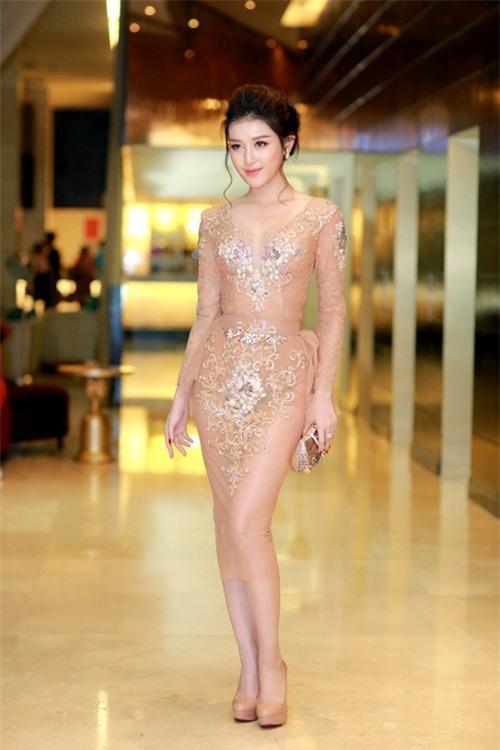 """Gần đây, Á hậu Huyền My cũng khiến người xem """"choáng"""" khi xuất hiện tại một sự kiện với thiết kế cocktail màu nude ngọt ngào. Thoạt nhìn, chắc chắn người đối diện sẽ rất khó phân định giữa vải và da thịt của Á hậu Việt Nam 2014."""