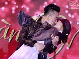 Trực tiếp đám cưới: Hari Won và Trấn Thành bị MC ép hôn nhau theo nhịp nhạc
