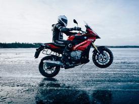"""Kỷ lục thế giới """"bốc đầu"""" BMW trên băng với vận tốc hơn 200 km/h"""