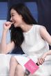 """Trong sự kiện ra mắt bộ phim """"28 tuổi vị thành niên"""", khi một khán giả hét to tên Tỉnh Bách Nhiên, nữ diễn viên Nghê Ni đã ngại ngùng cắn móng tay.  Cặp đôi này mới công khai tình yêu trong năm nay."""