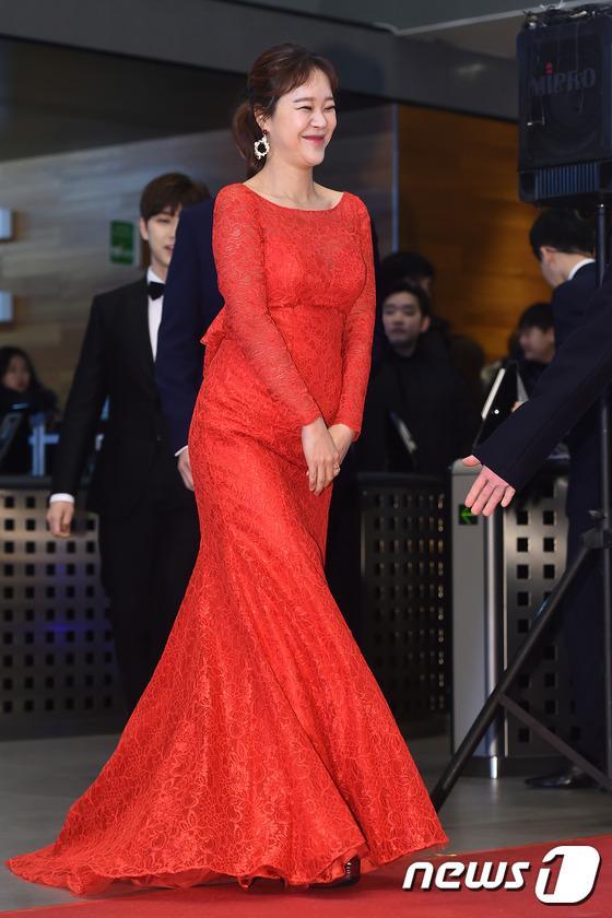 Thảm đỏ MBC Entertainment Awards: Lee Sung Kyung xinh như công chúa, dàn diễn viên khoe ngực sexy - Ảnh 16.