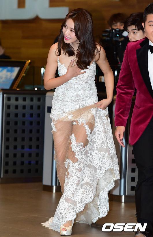 Thảm đỏ MBC Entertainment Awards: Lee Sung Kyung xinh như công chúa, dàn diễn viên khoe ngực sexy - Ảnh 6.