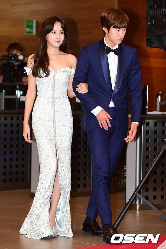 Thảm đỏ MBC Entertainment Awards: Lee Sung Kyung xinh như công chúa, dàn diễn viên khoe ngực sexy - Ảnh 14.