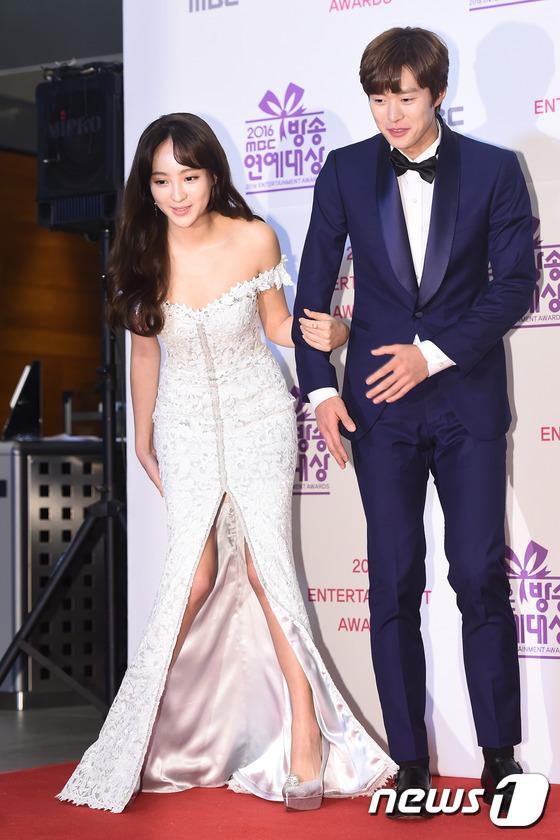 Thảm đỏ MBC Entertainment Awards: Lee Sung Kyung xinh như công chúa, dàn diễn viên khoe ngực sexy - Ảnh 15.