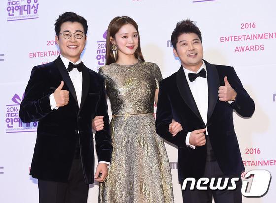 Thảm đỏ MBC Entertainment Awards: Lee Sung Kyung xinh như công chúa, dàn diễn viên khoe ngực sexy - Ảnh 4.