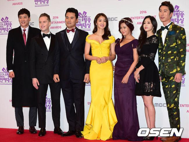 Thảm đỏ MBC Entertainment Awards: Lee Sung Kyung xinh như công chúa, dàn diễn viên khoe ngực sexy - Ảnh 12.