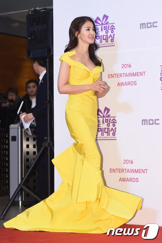 Thảm đỏ MBC Entertainment Awards: Lee Sung Kyung xinh như công chúa, dàn diễn viên khoe ngực sexy - Ảnh 10.