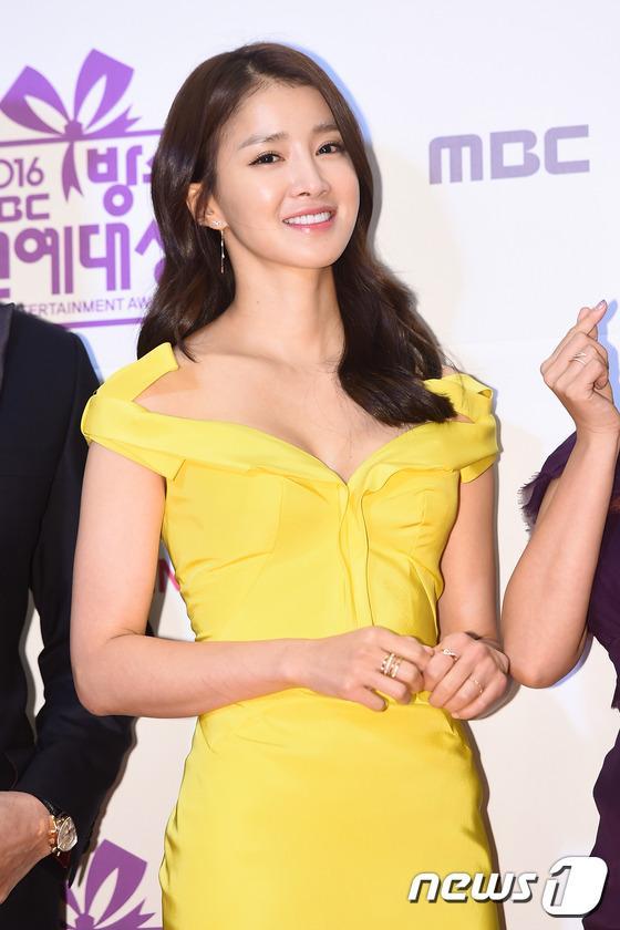 Thảm đỏ MBC Entertainment Awards: Lee Sung Kyung xinh như công chúa, dàn diễn viên khoe ngực sexy - Ảnh 11.