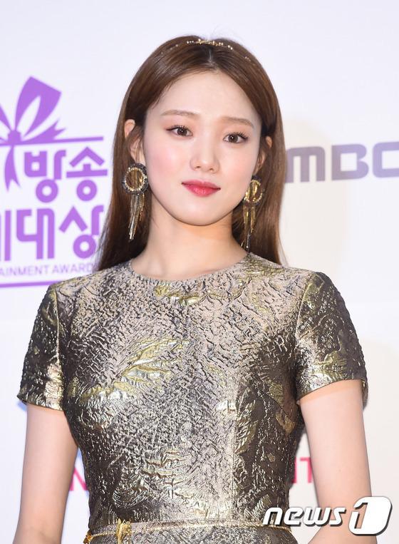 Thảm đỏ MBC Entertainment Awards: Lee Sung Kyung xinh như công chúa, dàn diễn viên khoe ngực sexy - Ảnh 3.