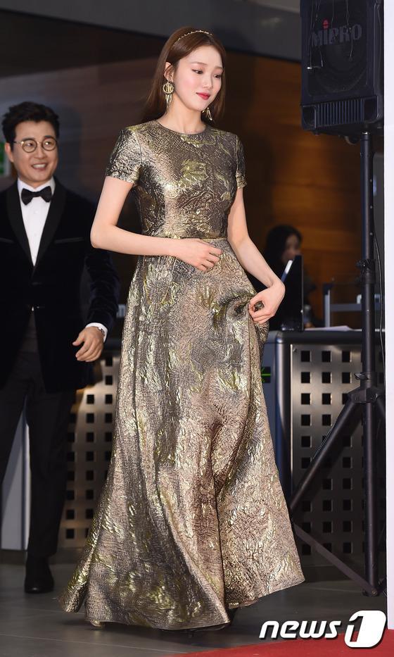 Thảm đỏ MBC Entertainment Awards: Lee Sung Kyung xinh như công chúa, dàn diễn viên khoe ngực sexy - Ảnh 1.