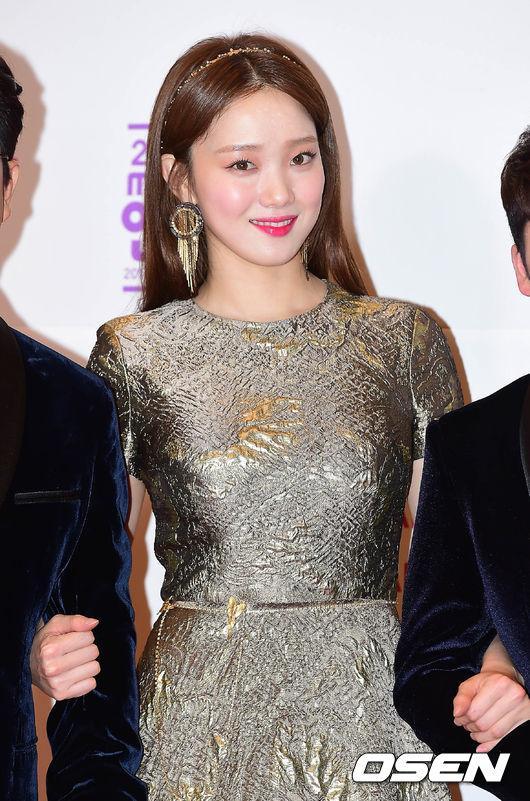 Thảm đỏ MBC Entertainment Awards: Lee Sung Kyung xinh như công chúa, dàn diễn viên khoe ngực sexy - Ảnh 2.