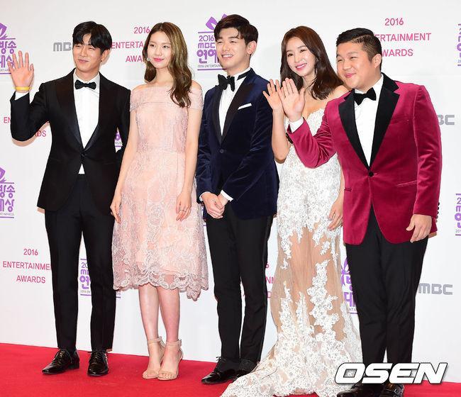 Thảm đỏ MBC Entertainment Awards: Lee Sung Kyung xinh như công chúa, dàn diễn viên khoe ngực sexy - Ảnh 8.
