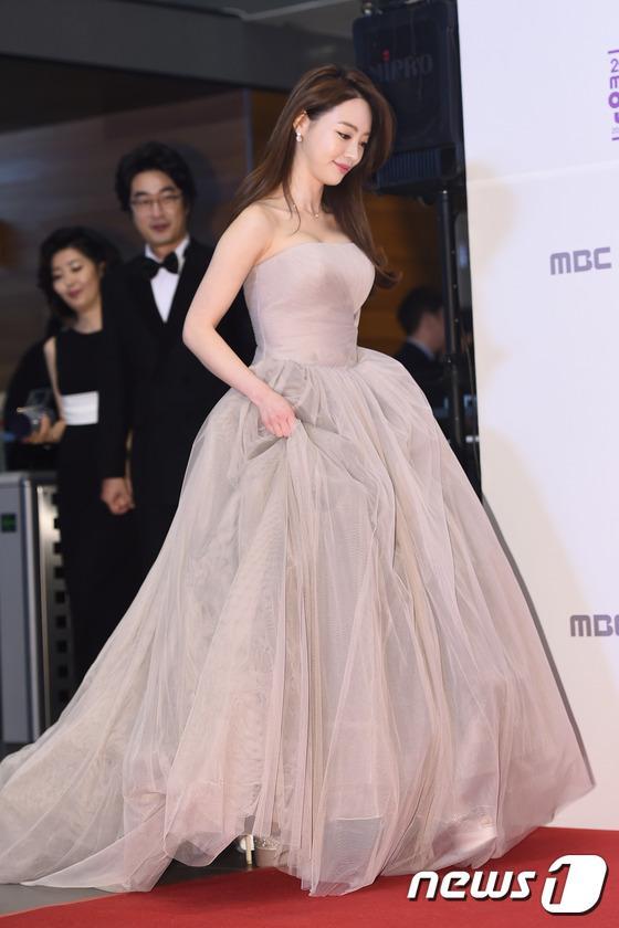 Thảm đỏ MBC Entertainment Awards: Lee Sung Kyung xinh như công chúa, dàn diễn viên khoe ngực sexy - Ảnh 13.