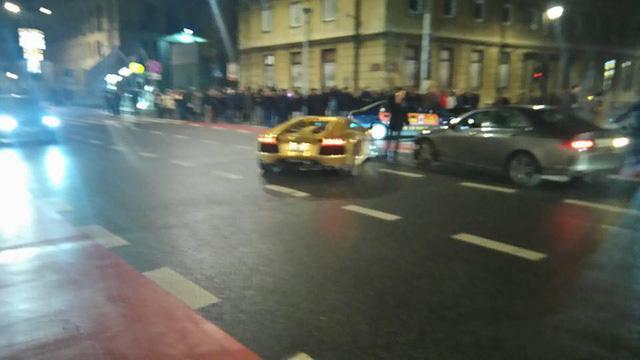 Siêu xe Lamborghini Aventador mạ vàng bị tông nát đầu tại ngã tư - Ảnh 2.