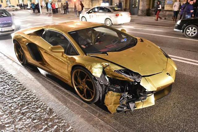 Siêu xe Lamborghini Aventador mạ vàng bị tông nát đầu tại ngã tư - Ảnh 3.