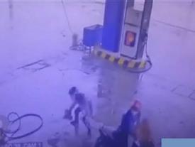Hài hước: Hai thanh niên vào cây xăng dùng súng để... trộm gà