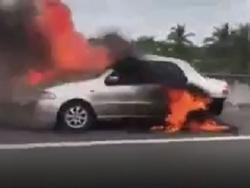 Clip: Ô tô cháy rụi trên cao tốc, tài xế đạp cửa thoát thân