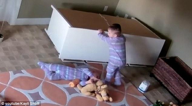 Video: Anh trai nhanh trí, cứu sống em trai 2 tuổi bị tủ đè lên người - Ảnh 2.