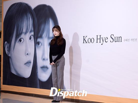 Goo Hye Sun đẹp hút hồn tại triển lãm riêng, Ahn Jae Hyun điển trai ngày trở lại - Ảnh 2.