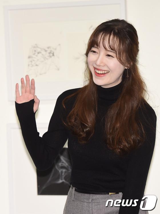 Goo Hye Sun đẹp hút hồn tại triển lãm riêng, Ahn Jae Hyun điển trai ngày trở lại - Ảnh 6.