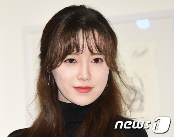 Goo Hye Sun đẹp hút hồn tại triển lãm riêng, Ahn Jae Hyun điển trai ngày trở lại - Ảnh 9.