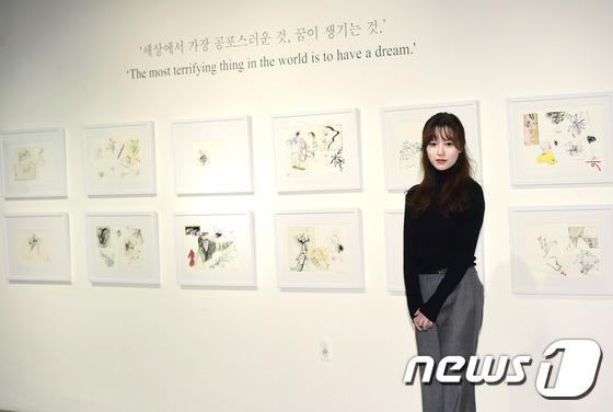 Goo Hye Sun đẹp hút hồn tại triển lãm riêng, Ahn Jae Hyun điển trai ngày trở lại - Ảnh 3.